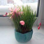 Самодельные цветочки на живой клумбе